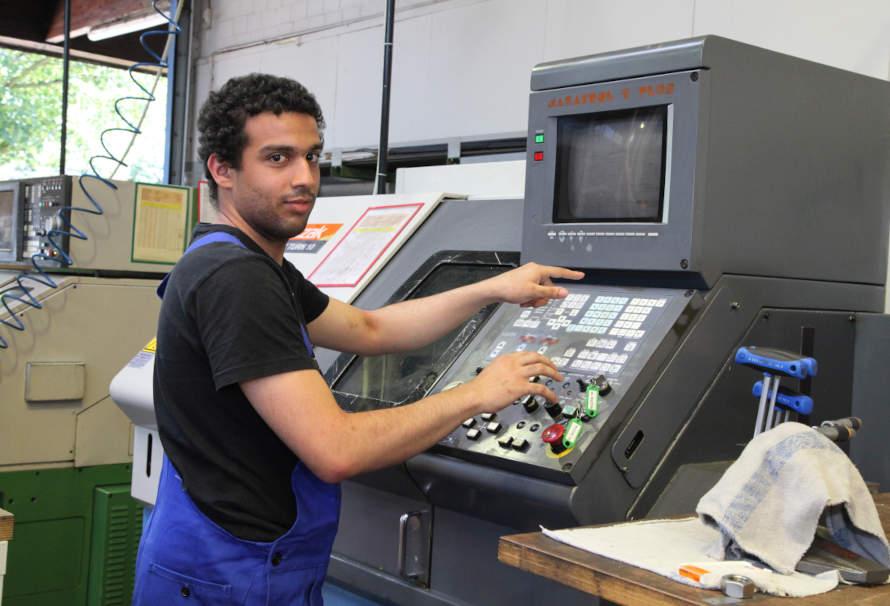 Berufliche Weiterbildung - Mann am Computer